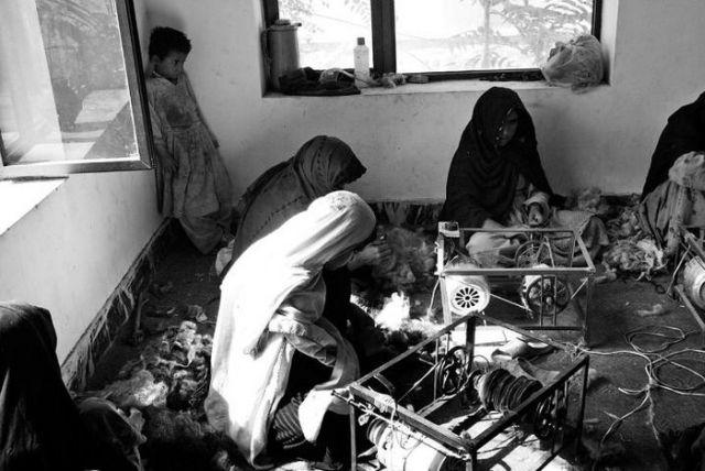آنجلينا جولي در كمپي در افغانستان