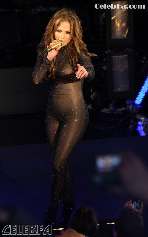 عکس کوس در حال شاشیدن http://celebfa2.wordpress.com/2010/01/02/jennifer-lopez-ringing-in-2010-in-nyc/