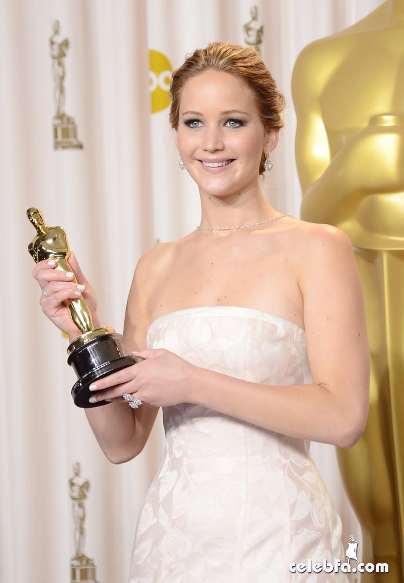 جنیفر لارنس برنده جایزه بهترین بازیگر زن اسکار 2013 برای فیلم کتاب ...