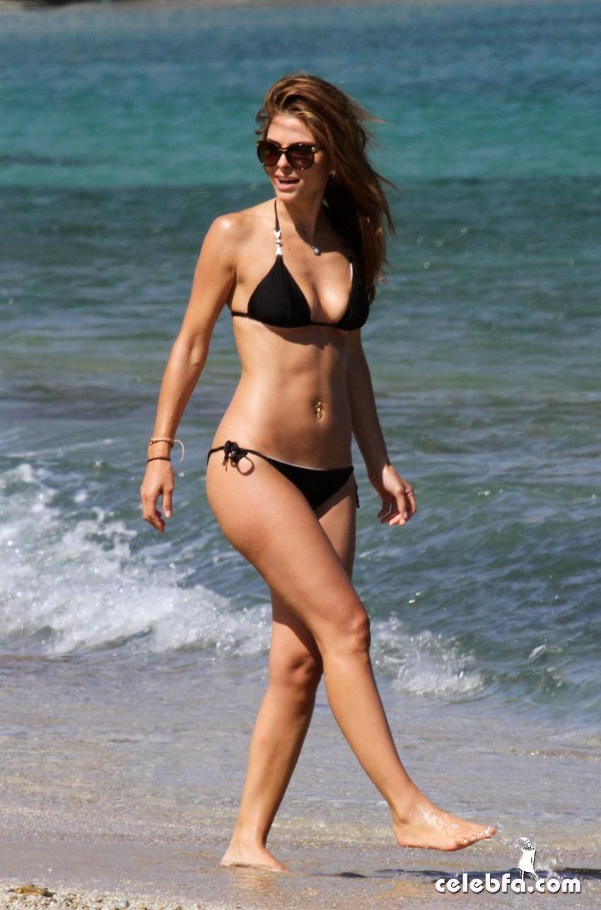 Maria_Menounos_on_the_beach_CelebFa (1)