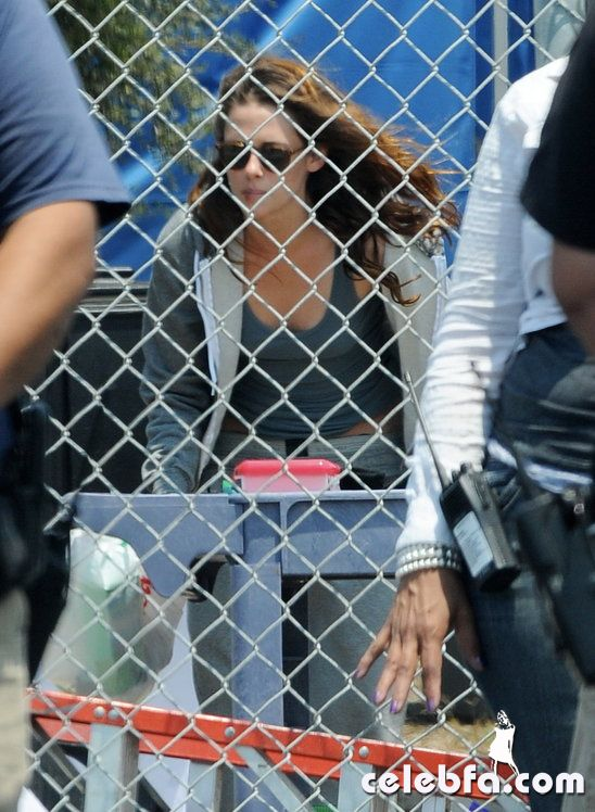 kristen_stewart_busted_taking_a_smoke_break_on_set (3)_celebf