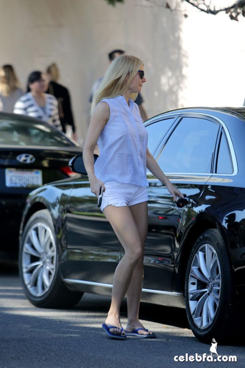 gwyneth-paltrow-leaves-a-yoga-class-in-brentwood_CelebFa (1)