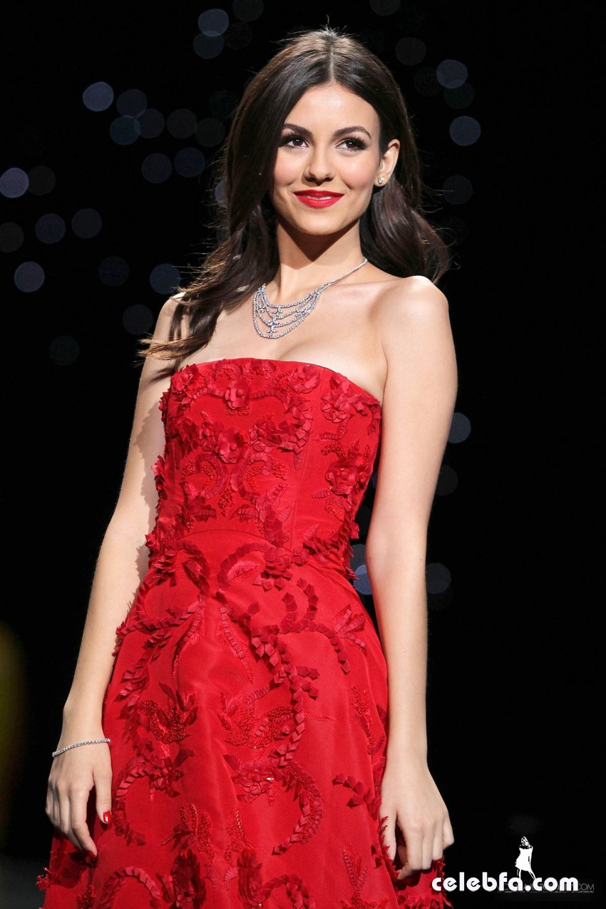 victoria-justice-at-go-red-for-women-fashion-show-CelebFa  (1)