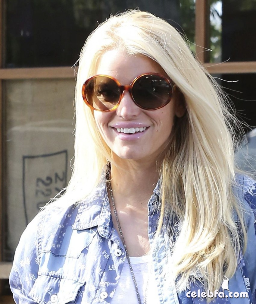 jessica-simpson-malibu-march-2014_CelebFa (1)