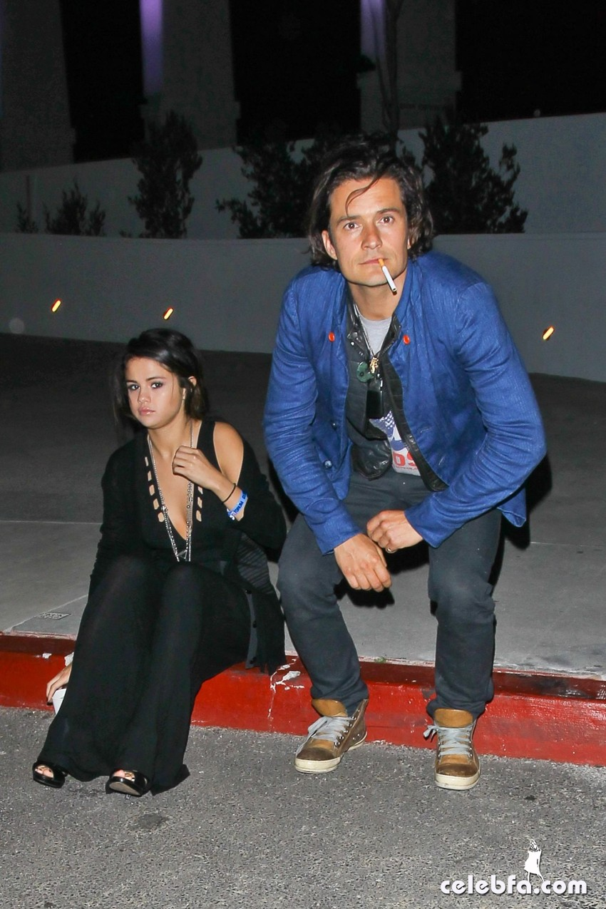 selena-gomez-and-orlando-bloom-outside-la-CelebFa (1)