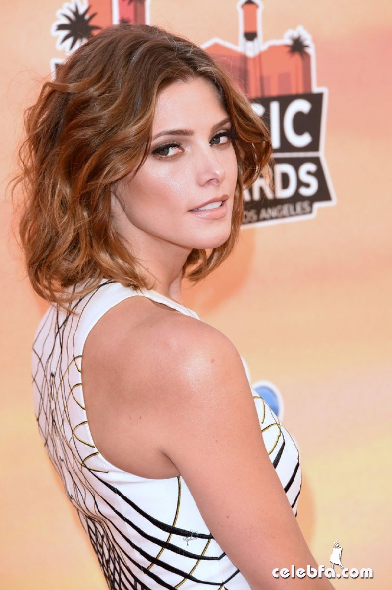 ashley-greene-2014-iheartradio-music-awards_CelebFa (6)