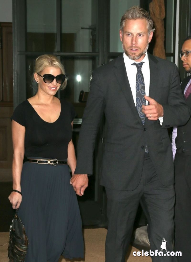 jessica-simpson-and-her-husband-leaving-her-hotel-in-new-york (1)