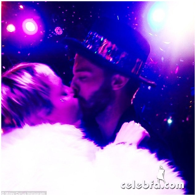 245CE82B00000578-2893595-Kiss_me_quick_Miley_Cyrus_and_her_new_beau_Patrick_Schwarzenegge-a-9_1420136404690