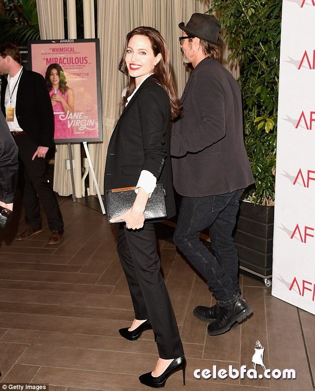 angelina-jolie-afi-awards-with-brad-pitt (7)