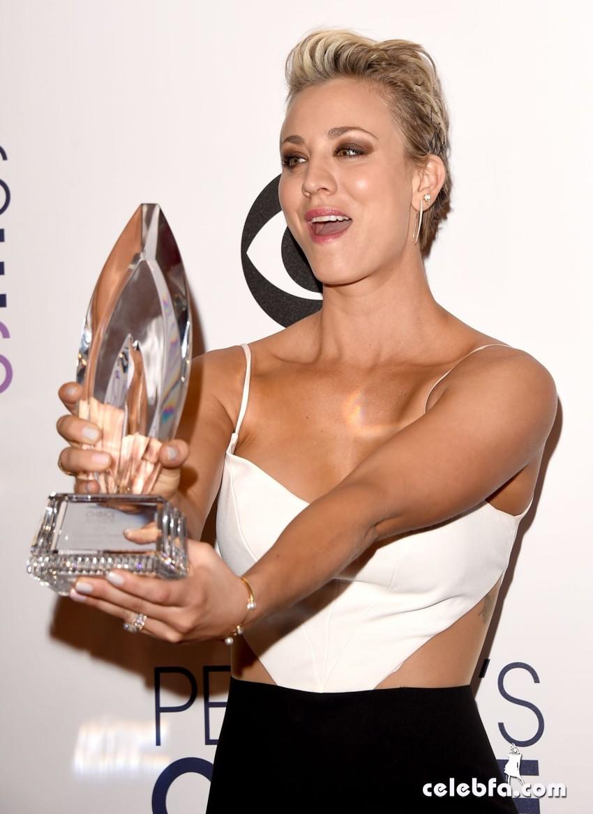 kaley-cuoco-2015-people-s-choice-awards (5)
