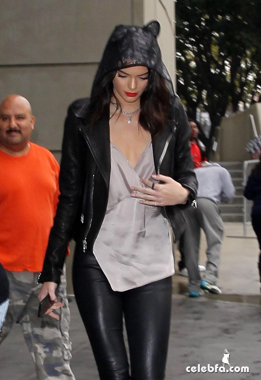 kendall-jenner-khloe-kardashian--in-los-angeles (2)