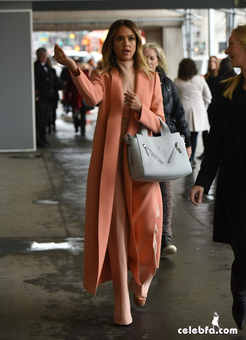 jessica-alba-out-and-about-in-manhattan (7)