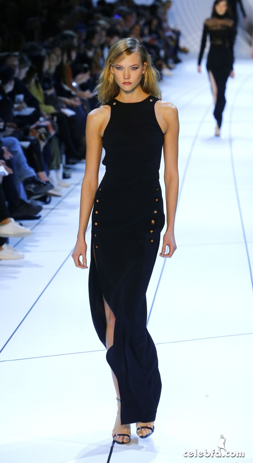karlie-kloss-at-mugler-fashion-show-in-paris (1)