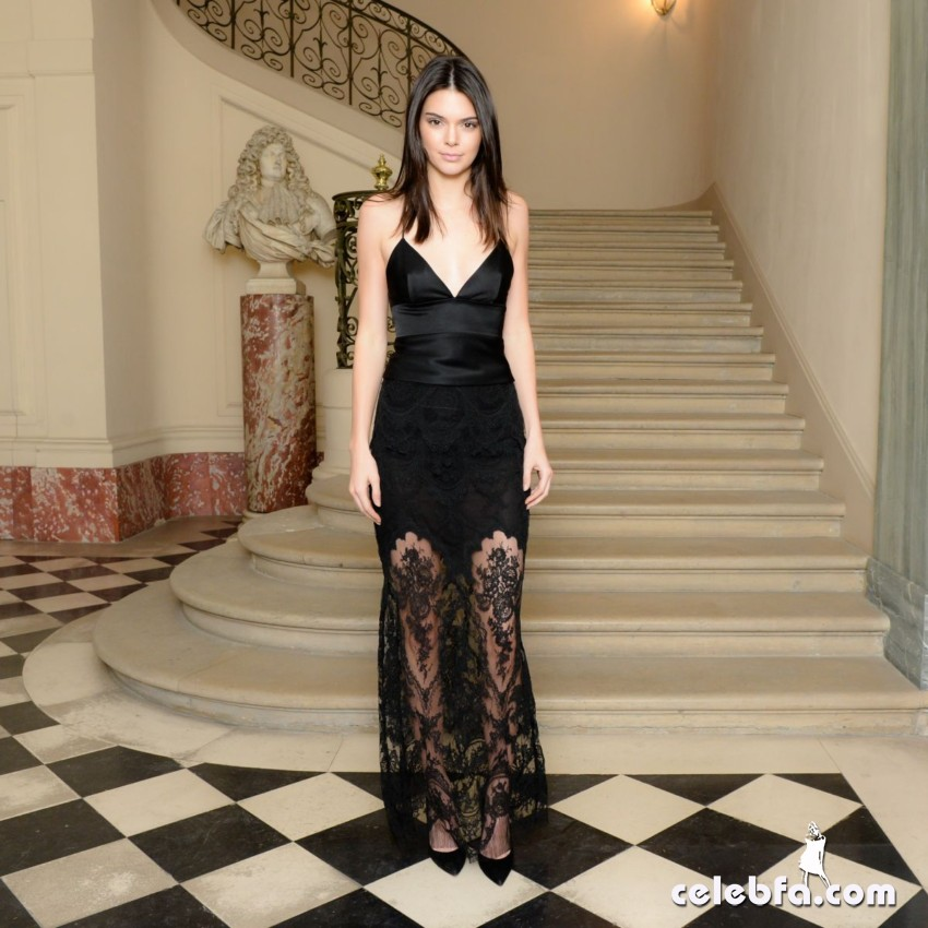 kendall-jenner-and-gigi-hadid-at-cfda-vogue-fashion-fund-americans-in-paris-cocktail (2)