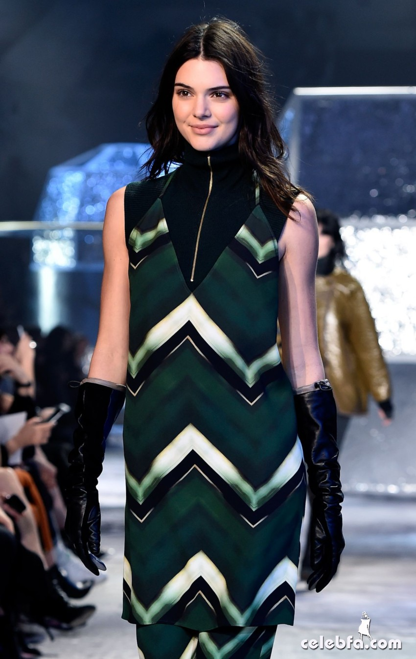 kendall-jenner-at-h-m-fashion-show-in-paris (6)