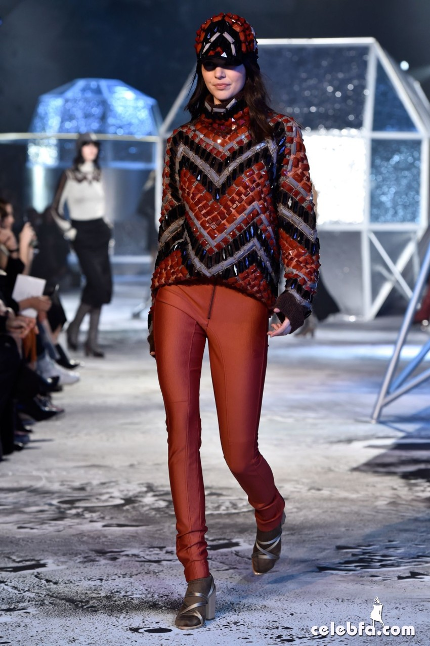 kendall-jenner-at-h-m-fashion-show-in-paris (7)
