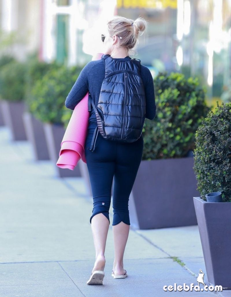 reese-witherspoon-yoga-class (2)
