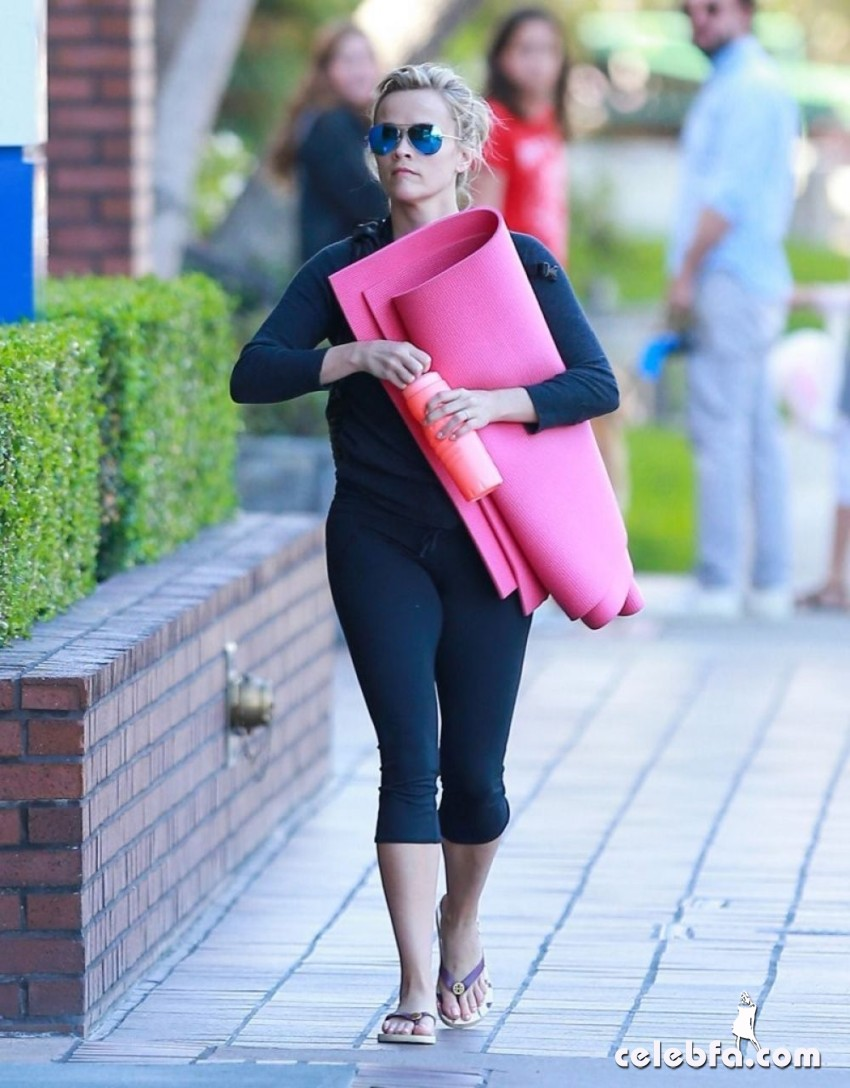 reese-witherspoon-yoga-class (4)