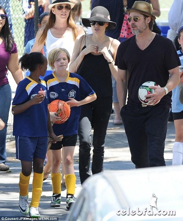Angelina-Jolie-Shiloh-Zahara-soccer-game (1)
