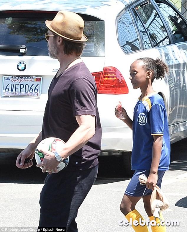 Angelina-Jolie-Shiloh-Zahara-soccer-game (10)
