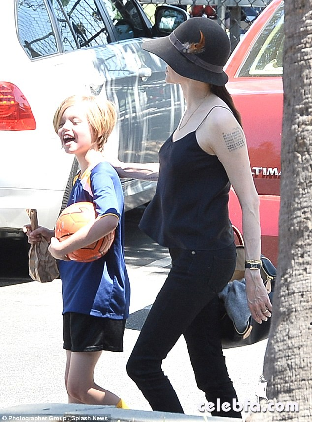 Angelina-Jolie-Shiloh-Zahara-soccer-game (9)