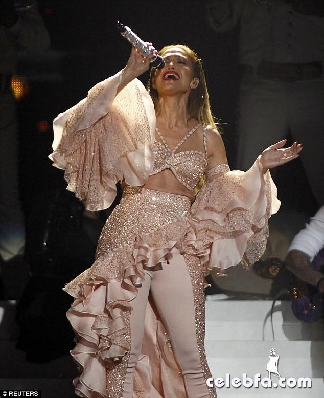 Jennifer Lopez  at Billboard Latin Music Awards 2015  (9)