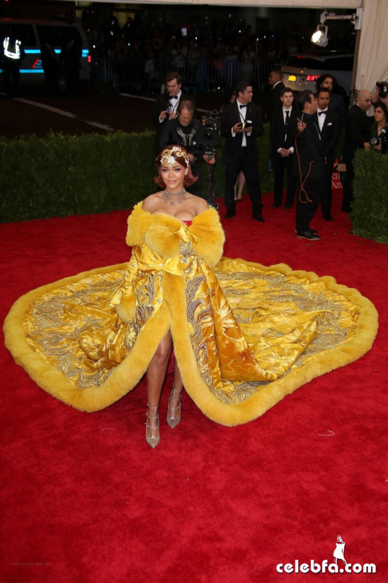 rihanna-at-met-gala-2015 (3)