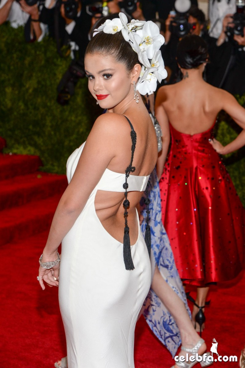 selena-gomez-at-met-gala-2015 (11)
