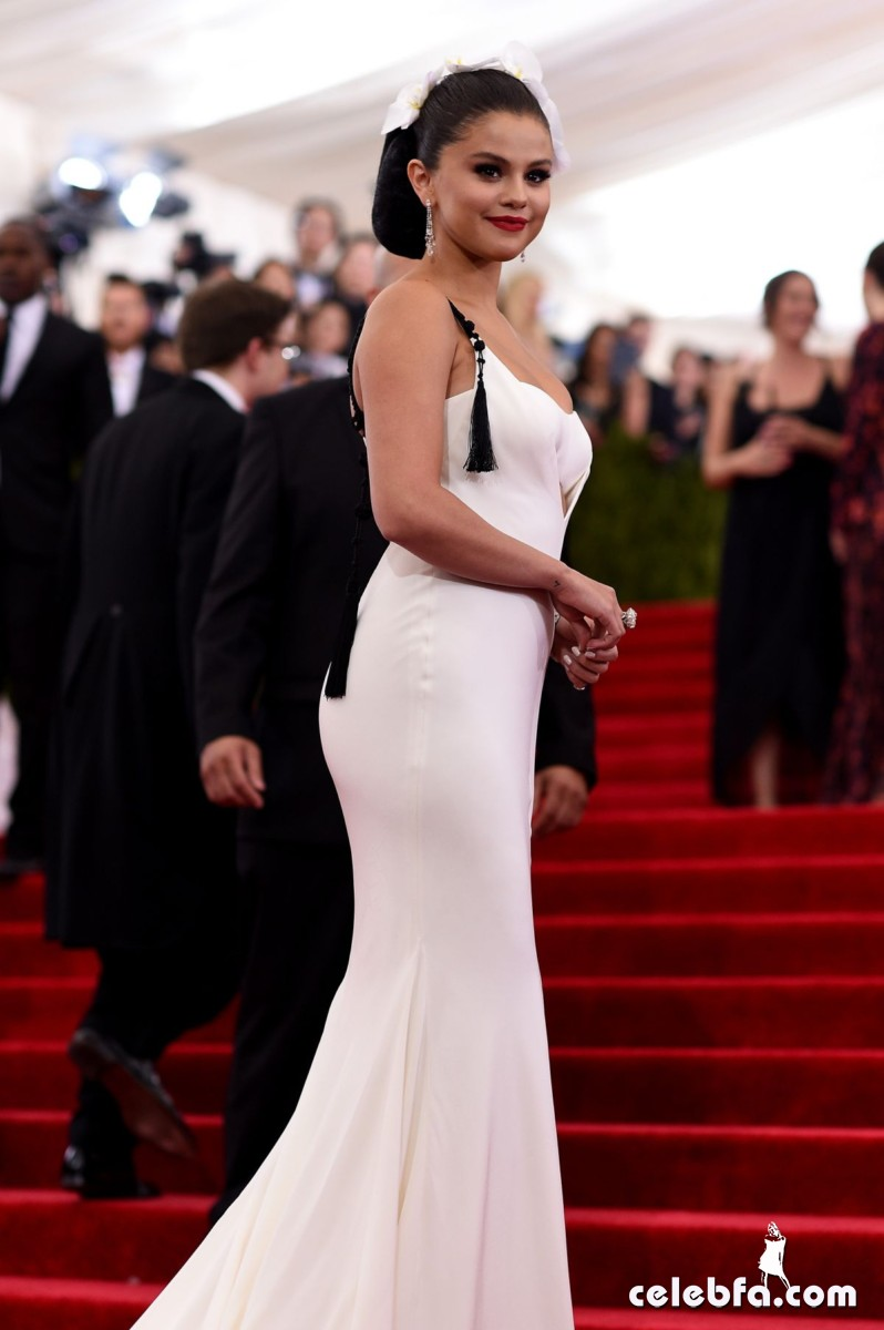 selena-gomez-at-met-gala-2015 (5)
