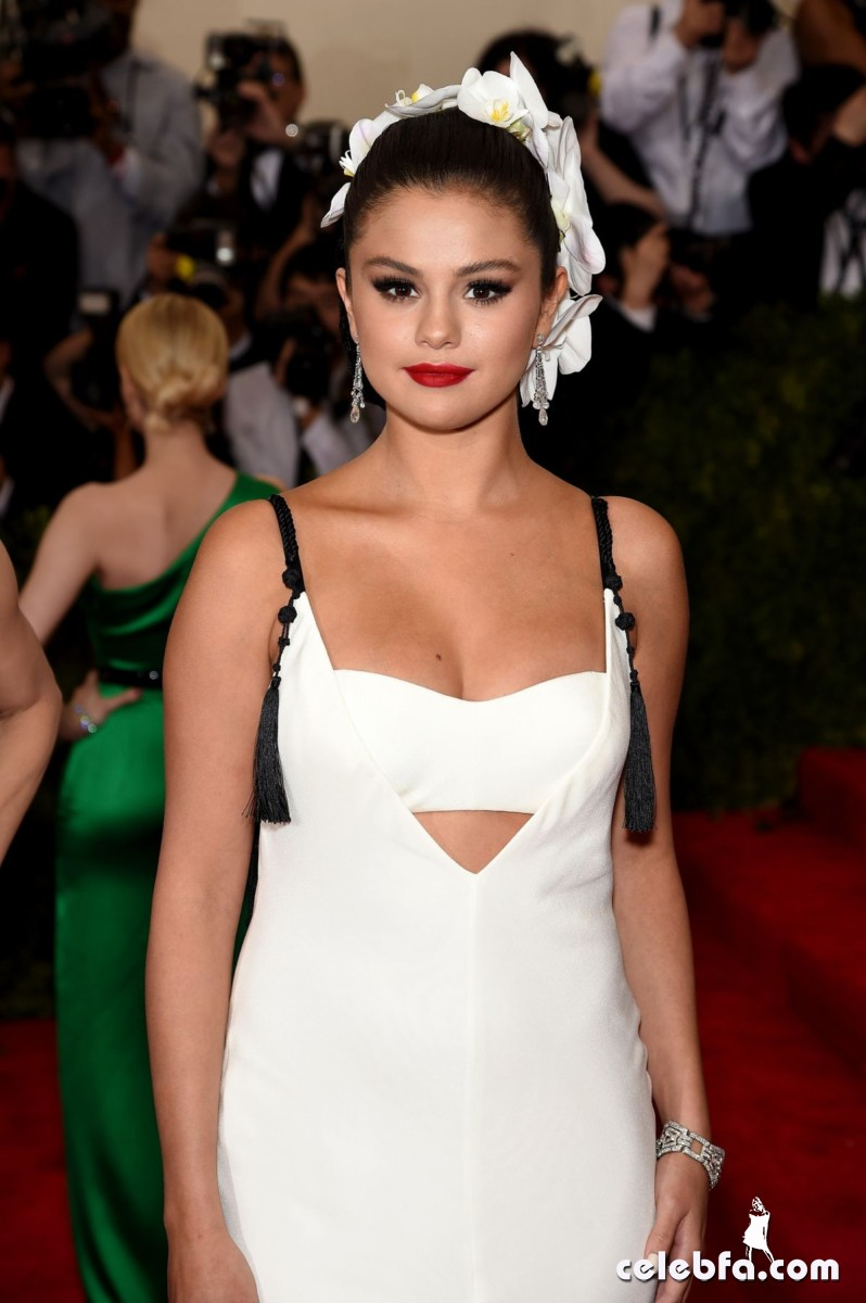 selena-gomez-at-met-gala-2015 (6)