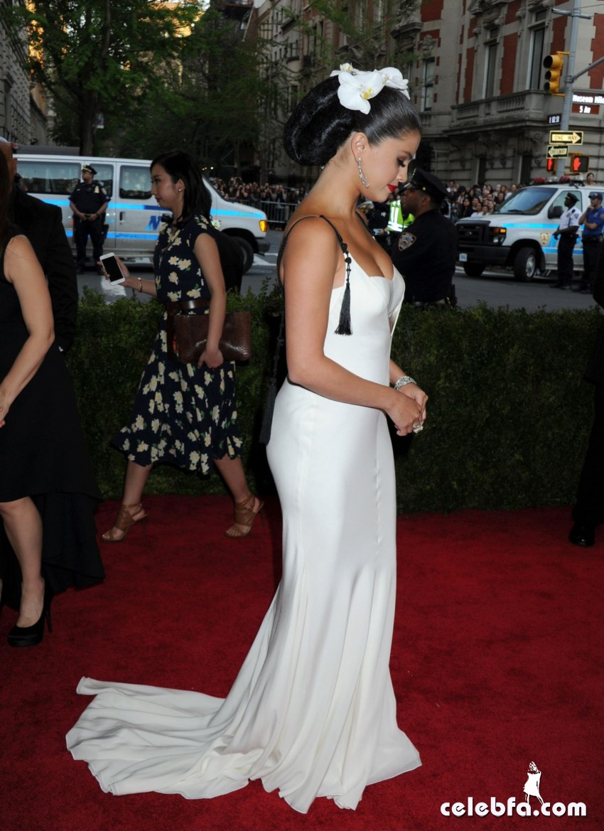 selena-gomez-at-met-gala-2015 (9)