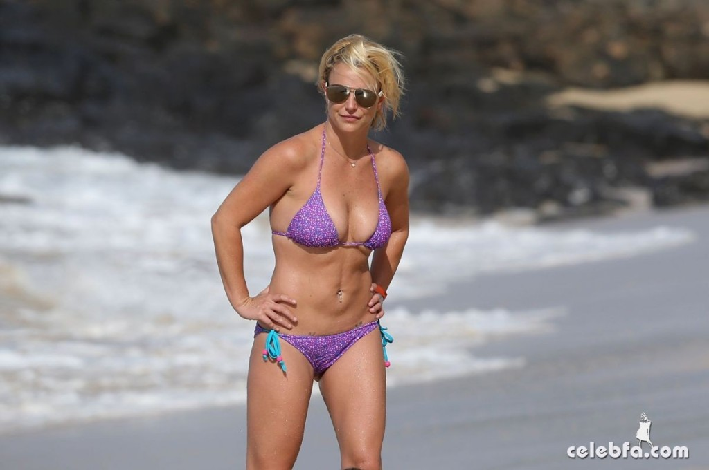 britney-spears-beach-in-hawaii-CelebFa (10)