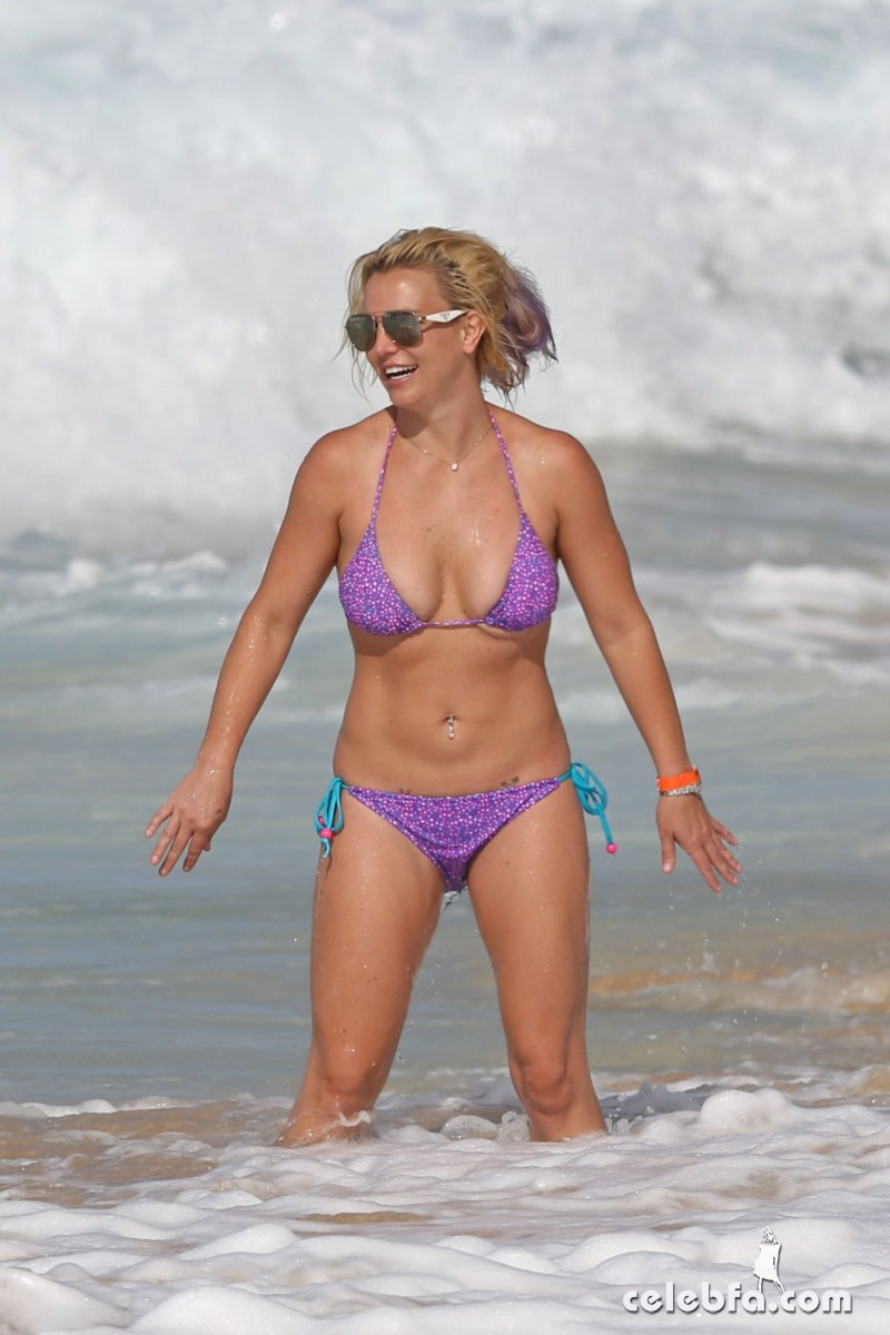britney-spears-beach-in-hawaii-CelebFa (11)