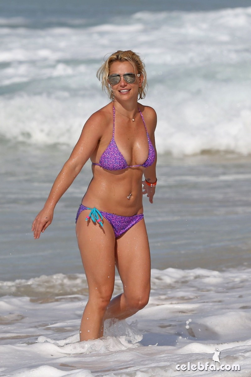 britney-spears-beach-in-hawaii-CelebFa (12)