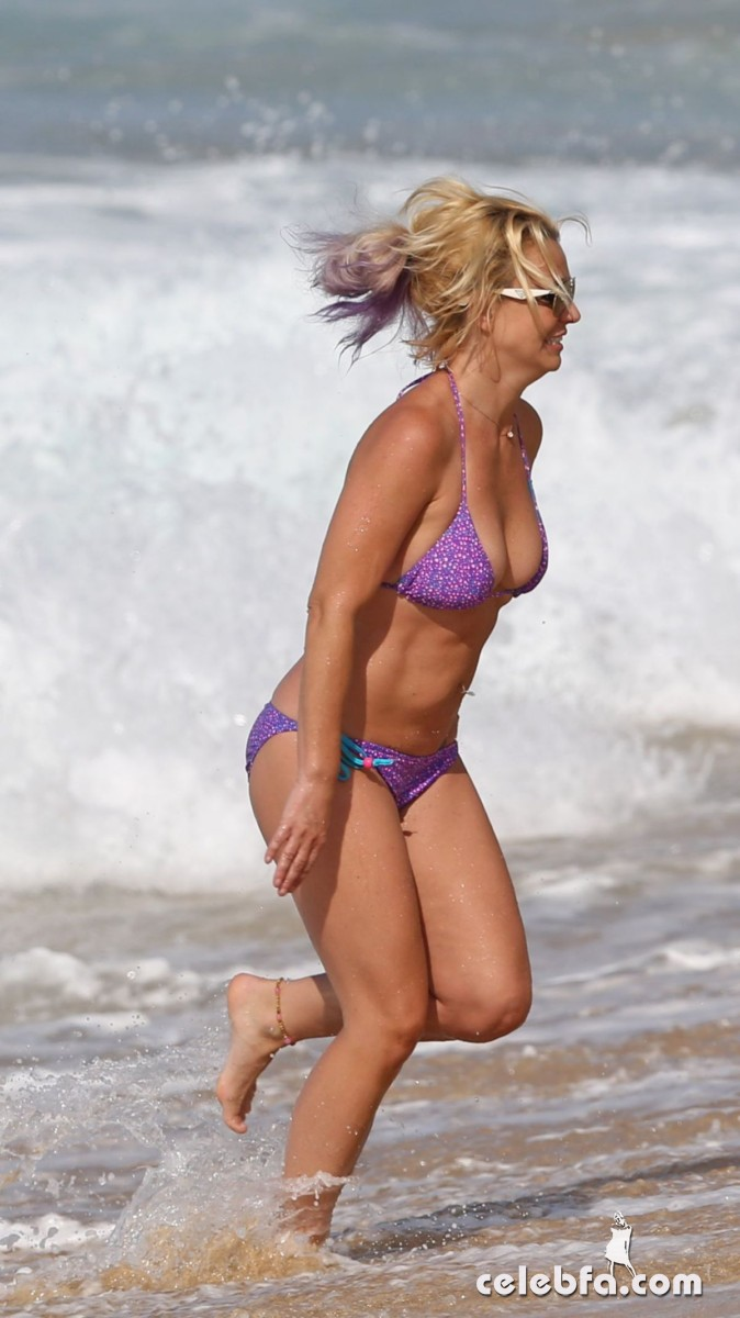 britney-spears-beach-in-hawaii-CelebFa (2)