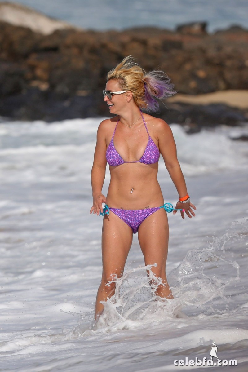 britney-spears-beach-in-hawaii-CelebFa (4)
