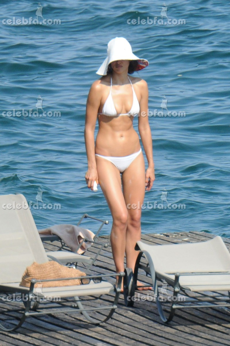 irina-shayk-in-bikini-in-italy (12)