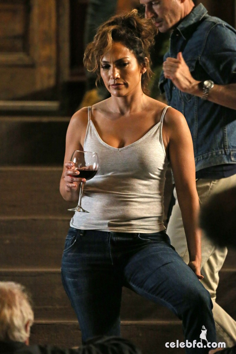 jennifer-lopez-on-the-set-of-shades-of-blue-in-new-york (6)
