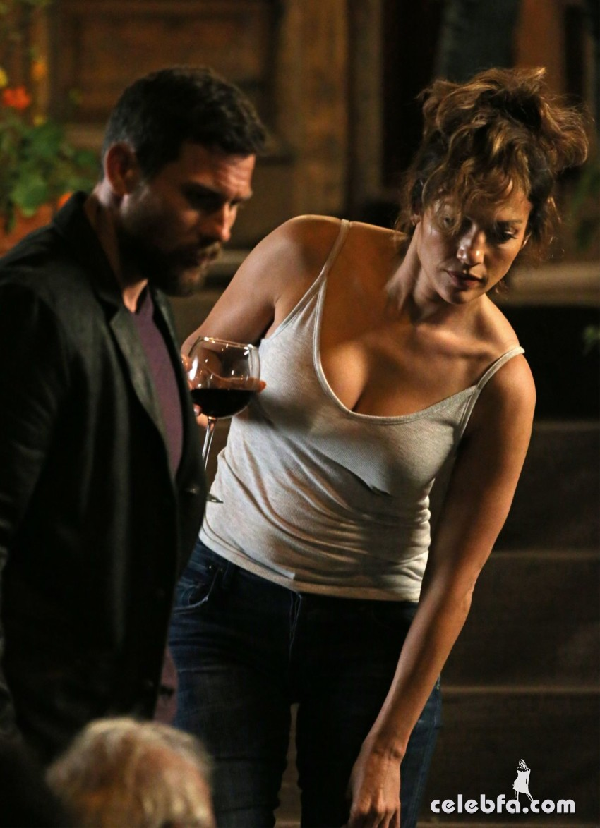 jennifer-lopez-on-the-set-of-shades-of-blue-in-new-york (7)
