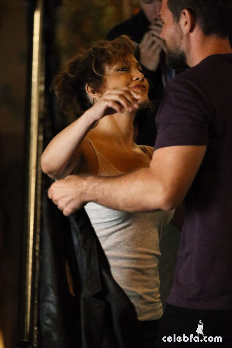 jennifer-lopez-on-the-set-of-shades-of-blue-in-new-york (9)