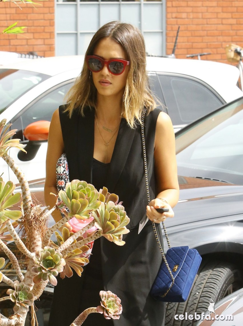 jessica-alba-arrives-at-her-office-in-santa-monica1 (1)