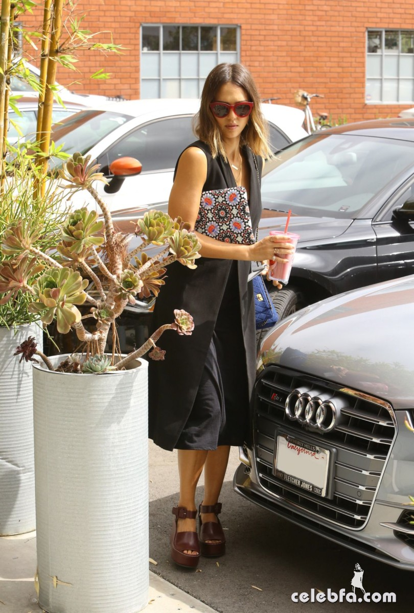 jessica-alba-arrives-at-her-office-in-santa-monica1 (2)