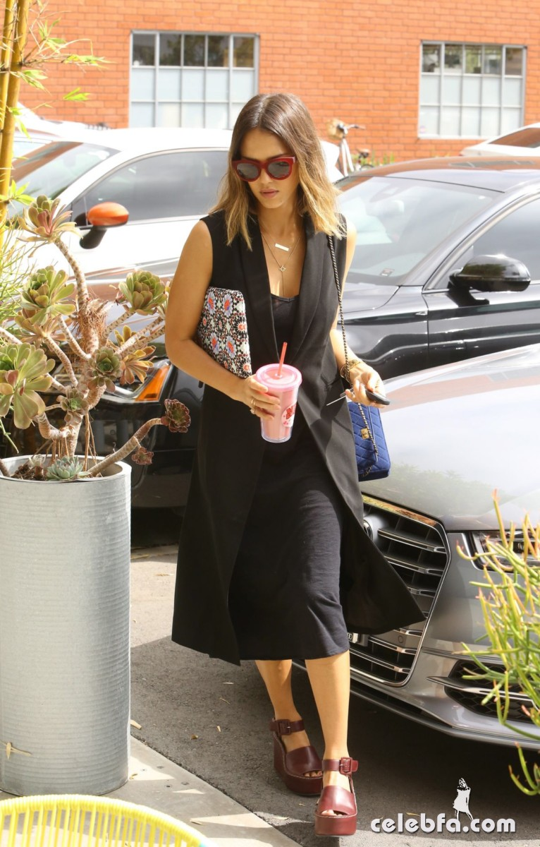 jessica-alba-arrives-at-her-office-in-santa-monica1 (4)