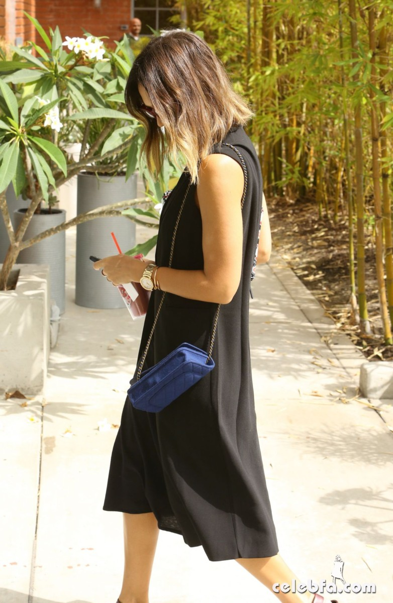 jessica-alba-arrives-at-her-office-in-santa-monica1 (7)