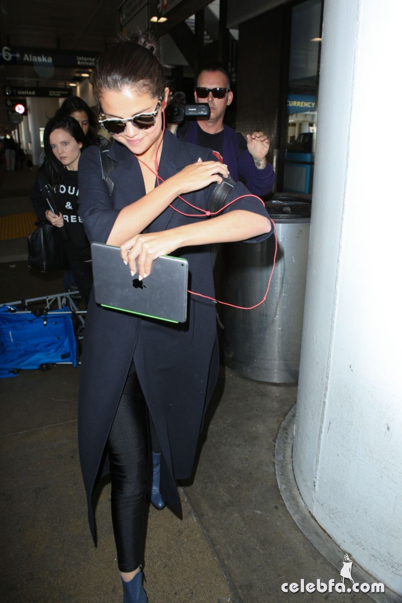 selena-gomez-airport-in-los-angeles (1)