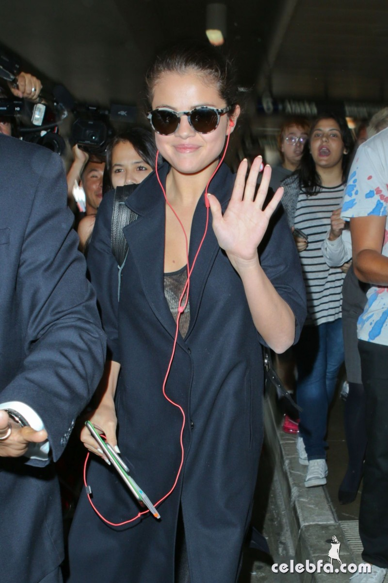 selena-gomez-airport-in-los-angeles (2)