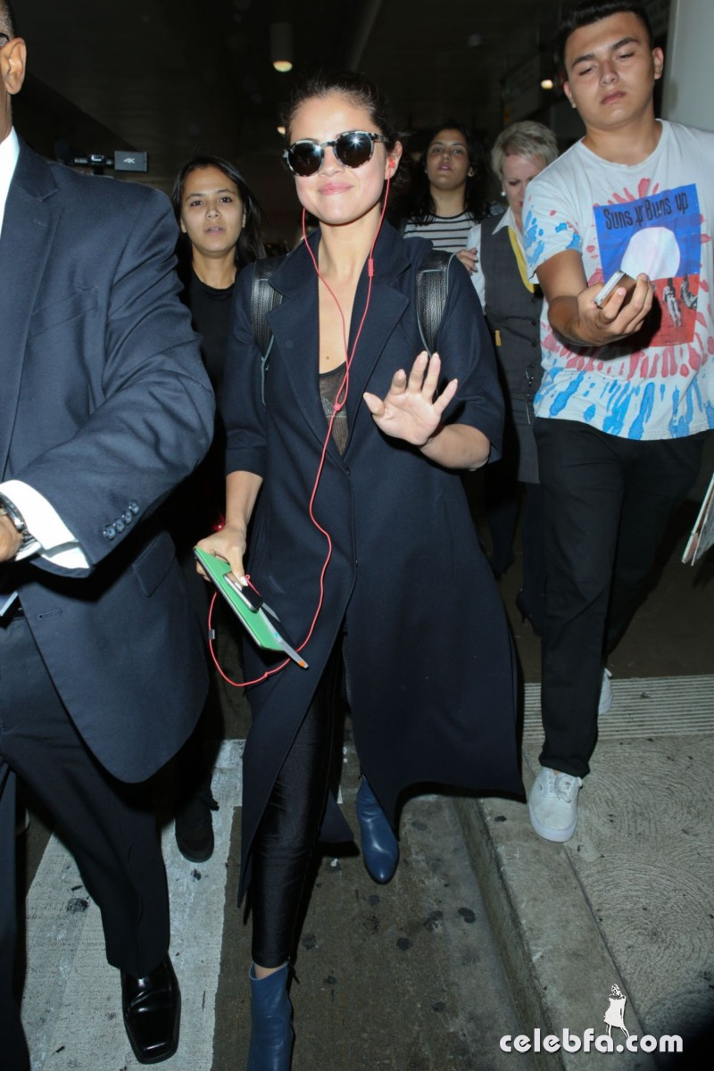 selena-gomez-airport-in-los-angeles (3)