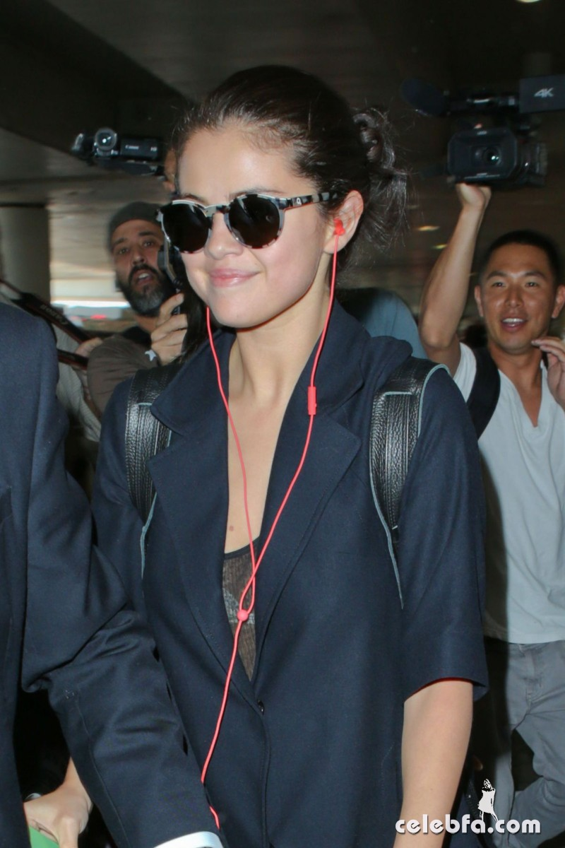 selena-gomez-airport-in-los-angeles (4)