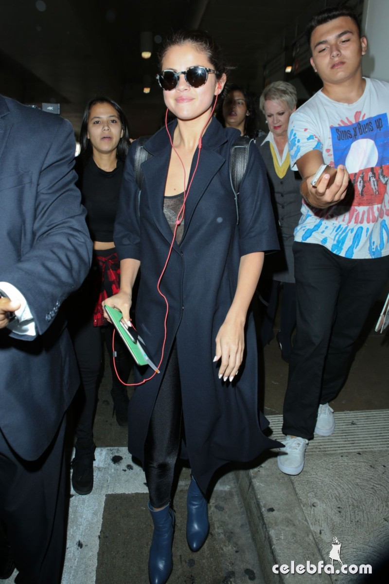 selena-gomez-airport-in-los-angeles (5)