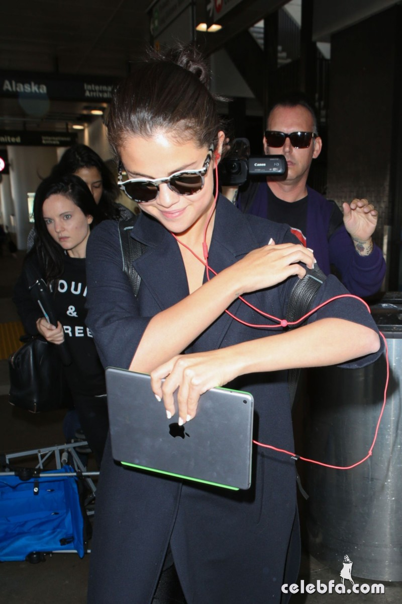 selena-gomez-airport-in-los-angeles (6)